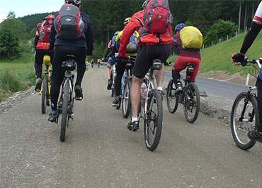Mountainbikers op een fietspad in Delden.