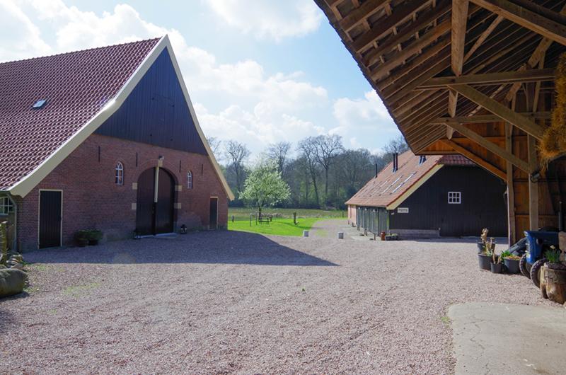 Het erf van een boerderij in Delden.