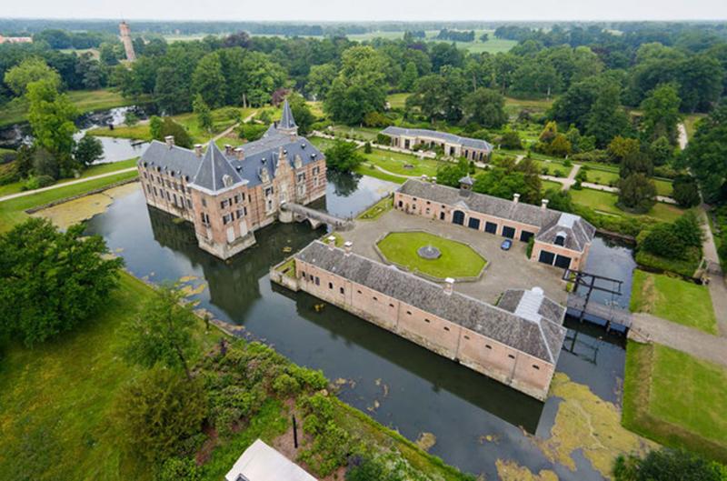 Luchtfoto van Kasteel Twickel in Delden.
