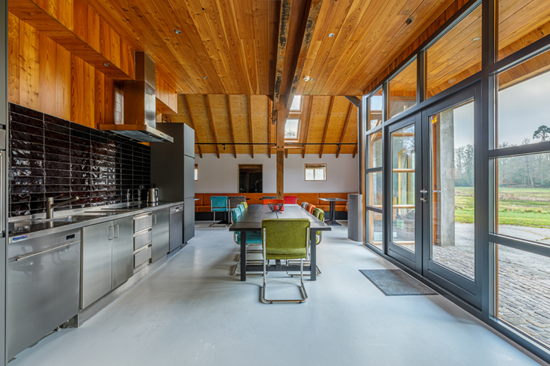 De keuken en eetkamer in de groepsaccommodatie in Delden.