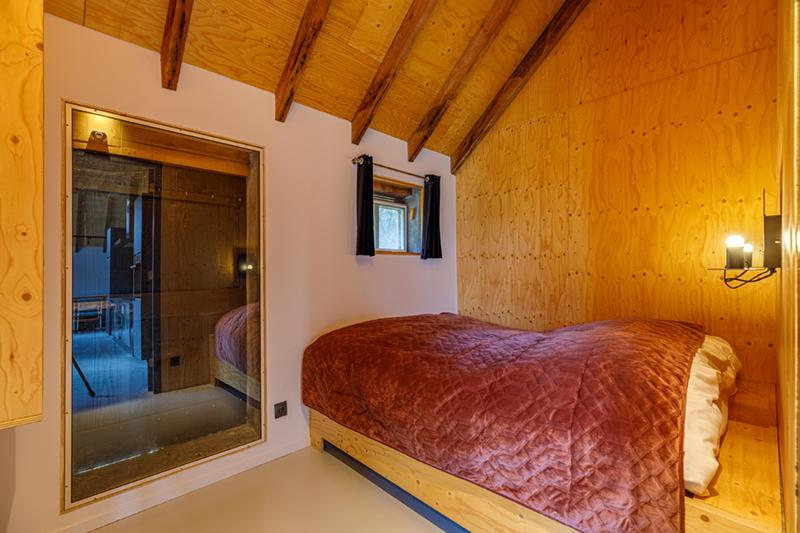 Een slaapkamer in de groepsaccommodatie in Delden.