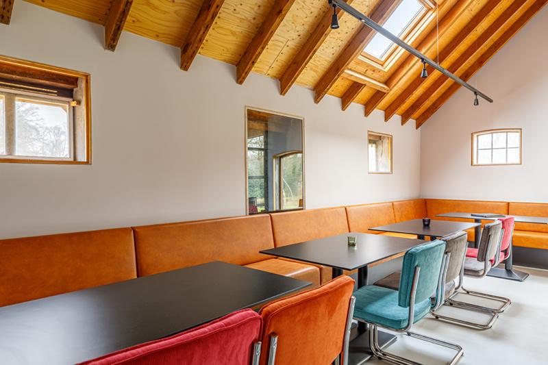 De eetkamer in de groepsaccommodatie in Delden.
