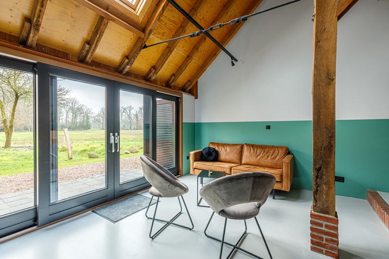 Een woonkamer in de groepsaccommodatie in Delden.