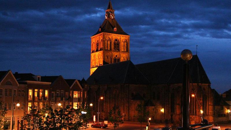 De basiliek van Oldenzaal in de avond.