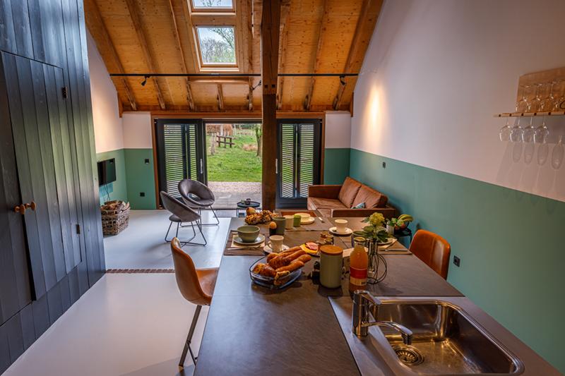 De keuken en woonkamer van de groepsaccommodatie in Delden.