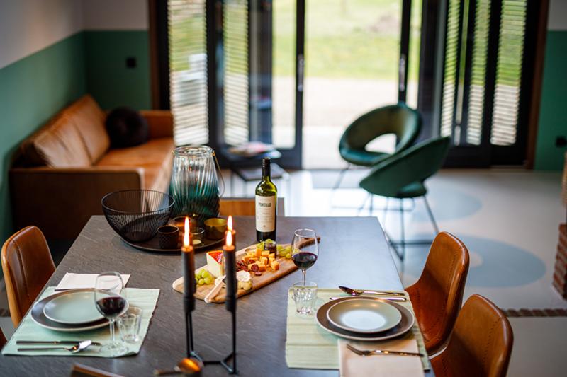 Een gedekte tafel in de groepsaccommodatie in Delden.