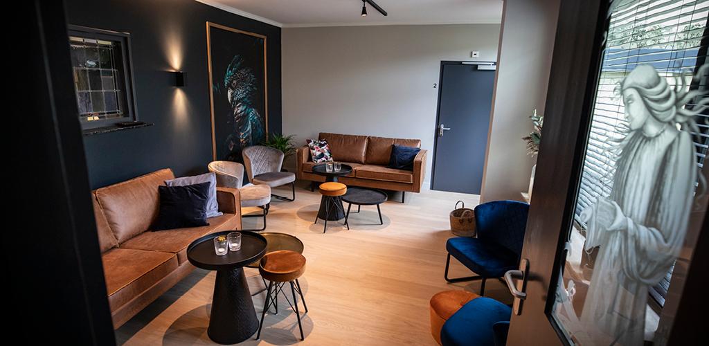 De woonkamer van de groepsaccommodatie in Oldenzaal.