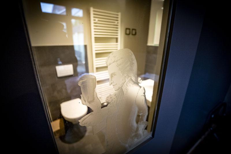 De deur van de badkamer van de groepsaccommodatie in Oldenzaal.