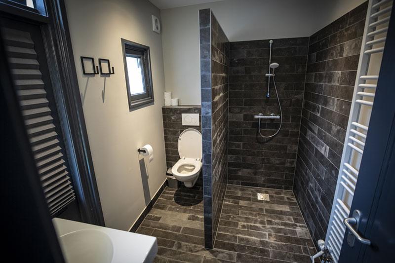 De badkamer van de groepsaccommodatie in Oldenzaal.
