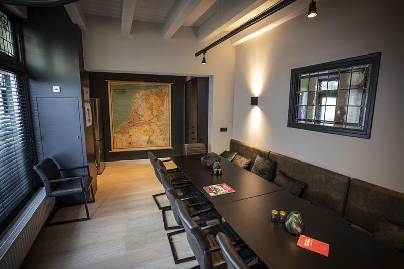 De eetkamer van de groepsaccommodatie in Oldenzaal.